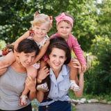 Deux mamans avec leurs enfants image stock
