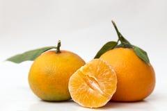 Deux mandarines et moitiés épluchées Image stock
