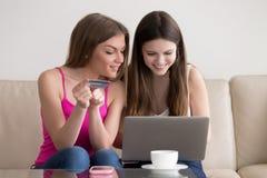 Deux marchandises de commande d'amie heureuse dans l'Internet Photographie stock libre de droits