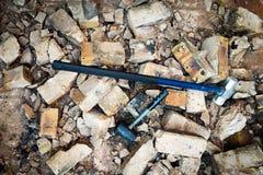 Deux marteaux décompose le mur Image stock