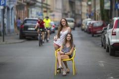 Deux meilleures amies dans la vieille ville européenne, photo conceptuelle au sujet des vacances Photo stock