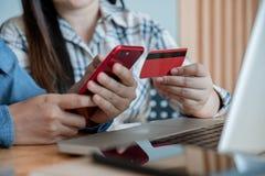 Deux meilleures amies heureuses remet tenir le téléphone intelligent et employer c Photo libre de droits