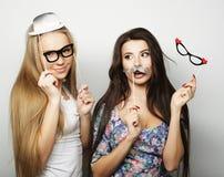 Deux meilleurs amis élégants de filles de hippie prêts pour la partie Photographie stock