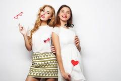 deux meilleurs amis élégants de sexygirls prêts pour la partie Image stock