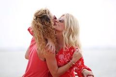 Deux meilleurs amis étreignant et embrassant Photographie stock libre de droits