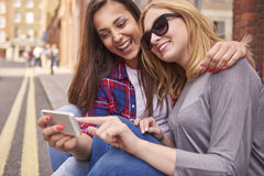 Deux meilleurs amis avec le téléphone portable Photographie stock
