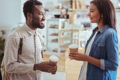 Deux meilleurs amis buvant du café en café Photos libres de droits