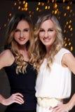 Deux meilleurs amis célébrant la nouvelle année Photos stock