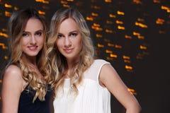 Deux meilleurs amis célébrant la nouvelle année Photos libres de droits