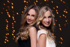 Deux meilleurs amis célébrant la nouvelle année Image libre de droits