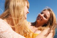 Deux meilleurs amis de femmes ayant l'amusement extérieur Images stock