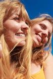 Deux meilleurs amis de femmes ayant l'amusement extérieur Photo libre de droits