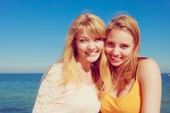 Deux meilleurs amis de femmes ayant l'amusement extérieur Photographie stock libre de droits