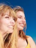 Deux meilleurs amis de femmes ayant l'amusement extérieur Photographie stock