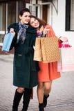 Deux meilleurs amis de filles retournant des achats Photographie stock