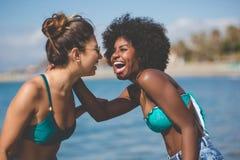Deux meilleurs amis féminins riant ensemble au bord de la mer Images libres de droits