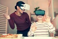 Deux meilleurs amis jouant avec des casques de VR à la maison Image libre de droits