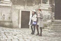 Deux meilleurs amis marchant sur la rue Photographie stock libre de droits