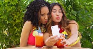 Deux meilleurs amis prenant le selfie tandis que des vacances tropicales Photographie stock