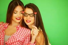 Deux meilleurs amis sexy élégants de filles de hippie prêts pour la partie Image libre de droits