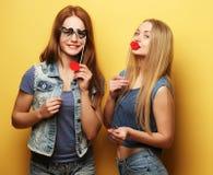 Deux meilleurs amis sexy élégants de filles de hippie prêts pour la partie Images stock