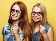 Deux meilleurs amis sexy élégants de filles de hippie prêts pour la partie Image stock