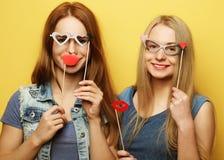 Deux meilleurs amis sexy élégants de filles de hippie prêts pour la partie Photo stock