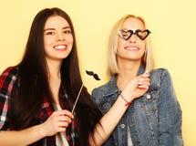 Deux meilleurs amis sexy élégants de filles de hippie prêts pour la partie Photographie stock