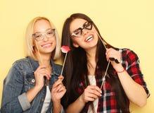 Deux meilleurs amis sexy élégants de filles de hippie prêts pour la partie Photographie stock libre de droits