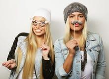 Deux meilleurs amis sexy élégants de filles prêts pour la partie Image libre de droits