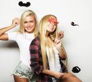 Deux meilleurs amis sexy élégants de filles prêts pour la partie Photographie stock libre de droits
