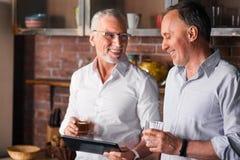 Deux messieurs ayant une peu de partie avec de l'alcool Image stock