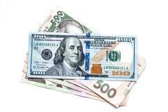 Deux mille cinq cents hryvnia ukrainiens et cent dollars, sur un fond blanc Photo stock