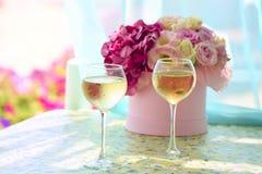 Deux misted le verre de champagne froid dans le bouquet sensible de fond des fleurs Images libres de droits