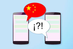 Deux mobiles dans une communication de causerie dans le Chinois et toute autre langue l'espace vide de copie Image stock