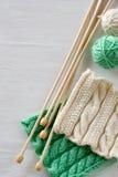 Deux modèles, boules de fil et aiguilles lumineux pour le tricotage Photos libres de droits