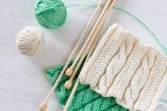 Deux modèles, boules de fil et aiguilles lumineux pour le tricotage Photographie stock