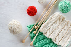 Deux modèles, boules de fil et aiguilles lumineux pour le tricotage Images stock