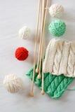 Deux modèles, boules de fil et aiguilles lumineux pour le tricotage Image libre de droits
