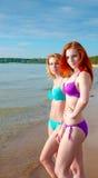 Deux modèles de bikini posant sur une plage Image libre de droits