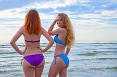 Deux modèles de bikini posant sur une plage. Photographie stock