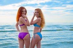 Deux modèles de bikini posant sur une plage. Image stock
