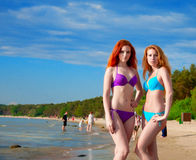 Deux modèles de bikini posant sur une plage. Image libre de droits