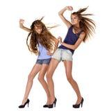 Deux modèles de mode posant dans le vent Photo stock