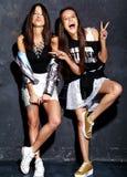 Deux modèles de sourire de brune dans des vêtements occasionnels de hippie d'été d'isolement sur le blanc Photographie stock libre de droits