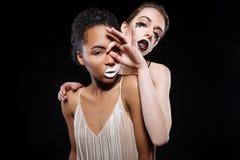 Deux modèles extraordinaires étant créatifs sur l'ensemble Photos libres de droits