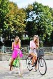 Deux modèles femelles sur bicyclettes dans un été Photo libre de droits