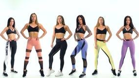 Deux modèles sportifs dans le pantalon coloré différent de yoga banque de vidéos