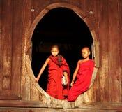 Deux moines considérant, Myanmar (Birmanie) Images libres de droits