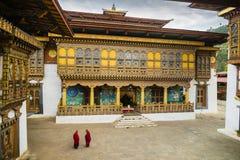 Deux moines se réunissant dans la cour du Dzong dans Punakha Bhutan Photos stock